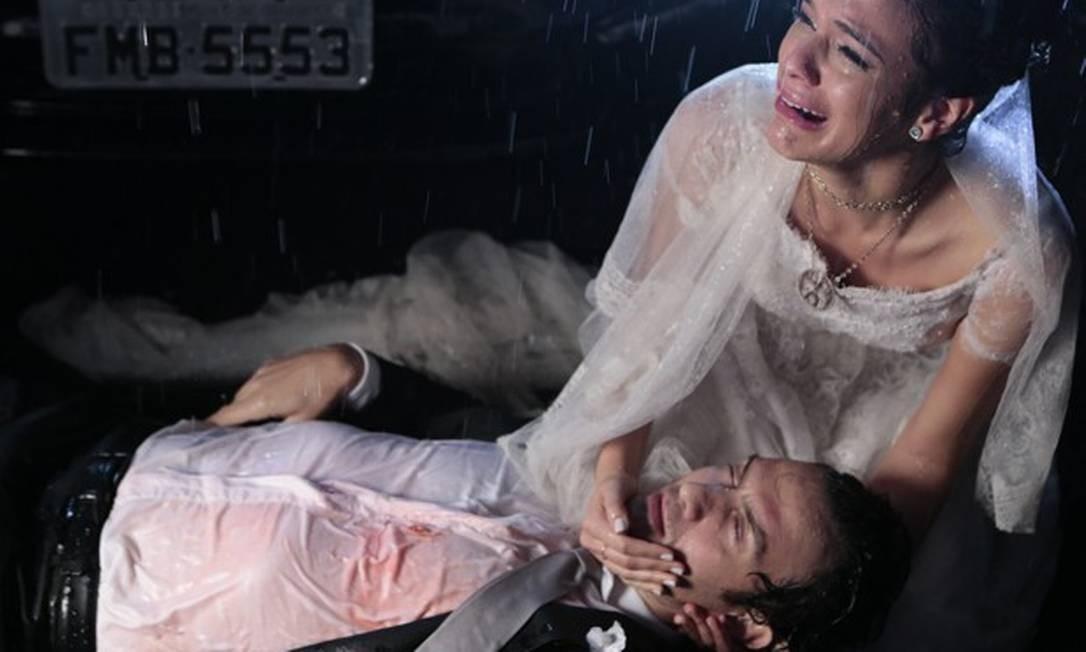 Luiza chora diante do corpo de Laerte Foto: Reprodução