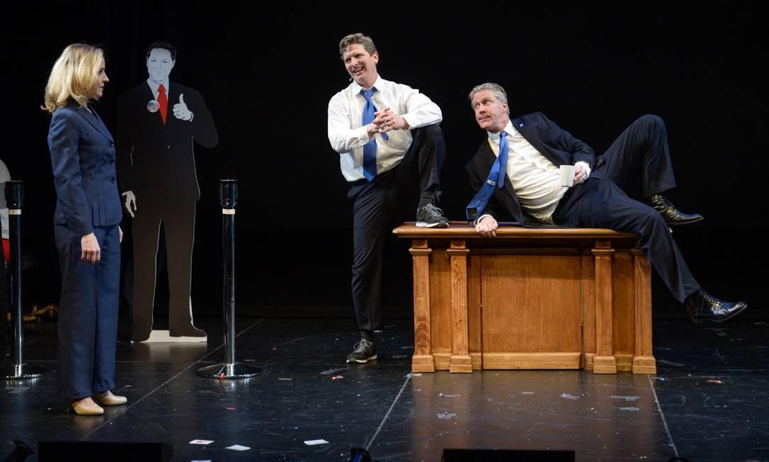 Hillary com os dois Clintons no musical que estreou na Broadway Foto: / Divulgação