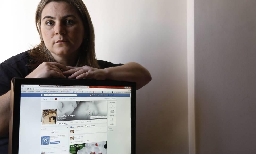 Amanda Tinoco perdeu seu filho adolescente há 5 meses. A internet a ajuda a lidar com o luto. Foto: Camilla Maia