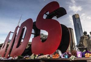 Flores foram depositadas na placa que anuncia a Conferência Internacional sobre a Aids, em Melbourne, na Austrália Foto: REUTERS/Mark Dadswell