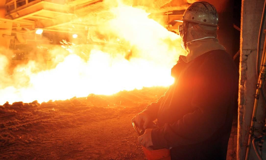 Operador em usina siderúrgica. Setor é um dos que reduziram a produção para vender energia Foto: RICH PRESS