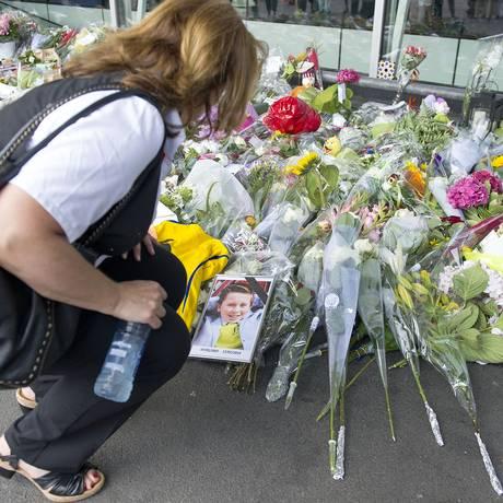 Luto. Mulher presta homenagem a vítimas no aeroporto de Amsterdã, de onde saiu o voo MH17 Foto: Patrick Post/AP
