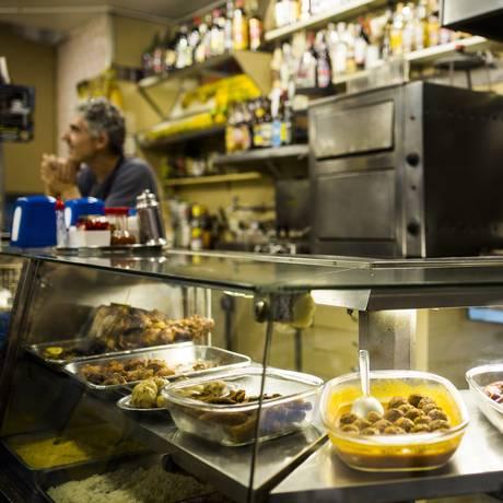 O menu tradicional do balcão do Bar Simpatia, na Rua Cupertino Durão Foto: Fabio Seixo / Agência O Globo
