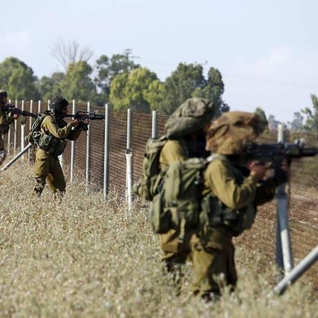 Soldados israelenses tomam posição ao longo de um cerca na cidade de Sderot, durante infiltração de militantes palestinos Foto: BAZ RATNER / REUTERS
