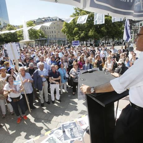 Presidente da Comunidade Judaica na Alemanha, Dieter Graumann, discursa para centenas de pessoas no Dia da Solidariedade com Israel, em Frankfurt Foto: Michael Probst / AP