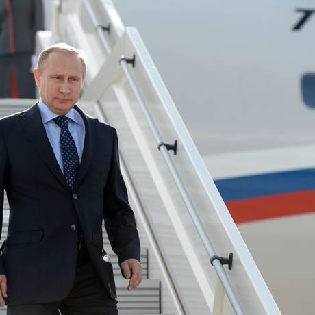 Vladimir Putin chega a aeroporto na cidade de Samara, na Rússia Foto: Alexei Nikolsky / AP