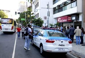 Policiais ficam em frente ao Consulado do Uruguai no Rio: agentes só saíram do local às 17h Foto: Marcelo Piu / Agência O Globo
