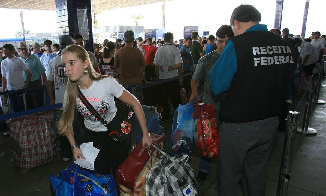 Turistas enfrentam fila para registro de bens na Receita Federal na entrada da fronteira na Ponte da Amizade, que liga o Brasil ao Paraguai Foto: Marco Antônio Teixeira / O GLOBO