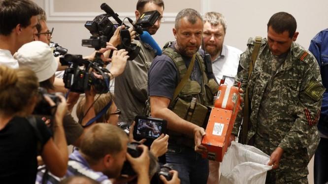 Líder ucraniano rebelde mostra uma caixa-preta do voo MH17 da Malaysia Airlines Foto: MAXIM ZMEYEV / REUTERS