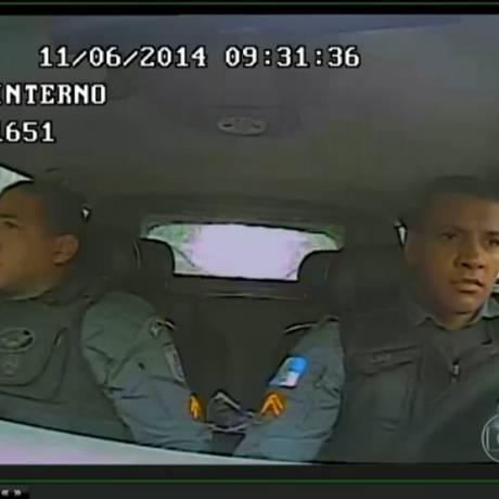 Os policiais Fábio Ferreira e Vinícius Lima dentro do carro usado para levar três menores ao Morro do Sumaré Foto: Reprodução / TV Globo