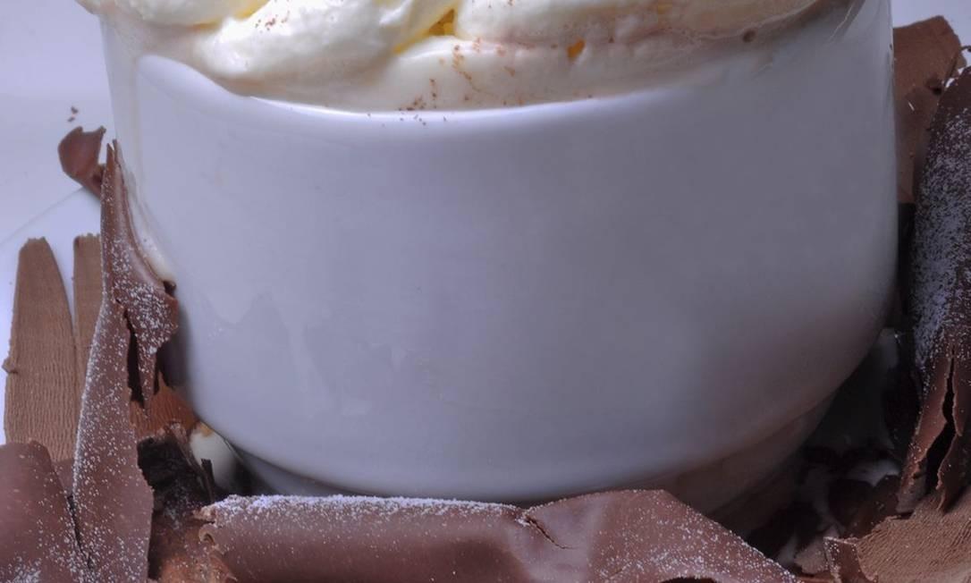 A dica é saborear o chocolate quente (R$ 7) apreciando a vista para a praia da Barra, na Villa Empório. Foto: Divulgação: Rio ArtCom
