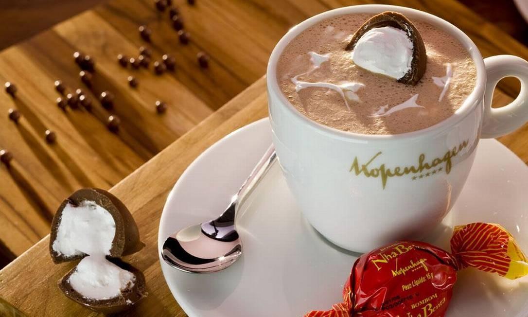A chocolateria Kopenhagen do Village Mall oferece a bebida quente acompanhada da especialidade nhá benta (R$ 16,20). Foto: Divulgação