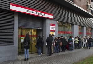 Espanhóis em busca de emprego fazem fila em frente a centro de oportunidades em Madri Foto: Antonio Heredia / Bloomberg