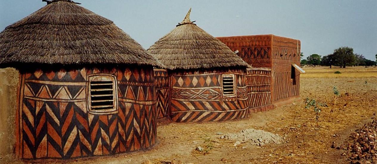 Moradores de vila isolada na África pintam as paredes de suas residências Foto: Leblogabobo