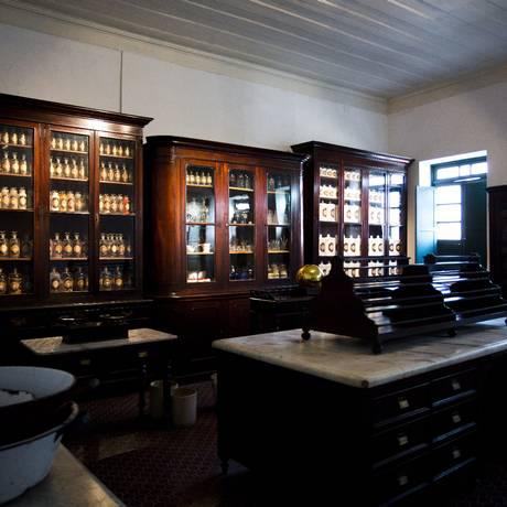 Mobiliários antigos foram reunidos e mostram história da instituição Foto: Fábio Seixo / Agência O Globo