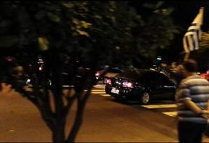 Flagrante mostra carro oficial da deputada Janira Rocha (PSOL) deixando o consulado com três ativistas Foto: Elenilce Bottari / Reprodução