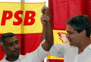 Romário e Lindbergh juntos, quando anunciaram coligação: petista decidiu se aliar a Campos Foto: Gustavo Miranda/20-06-2014 / Agência O Globo