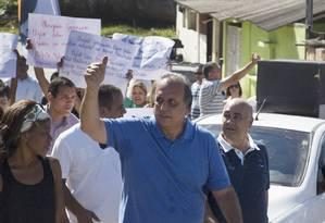 Corpo a corpo. Pezão durante caminhada na Baixada: contato com o eleitor Foto: Agência O Globo / Antonio Scorza/06-07-2014