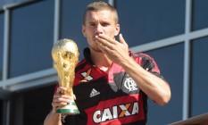 Podolski apareceu na varanda do hotel com a camisa do Flamengo e a taça da Copa, após título da Alemanha Foto: Agência O Globo