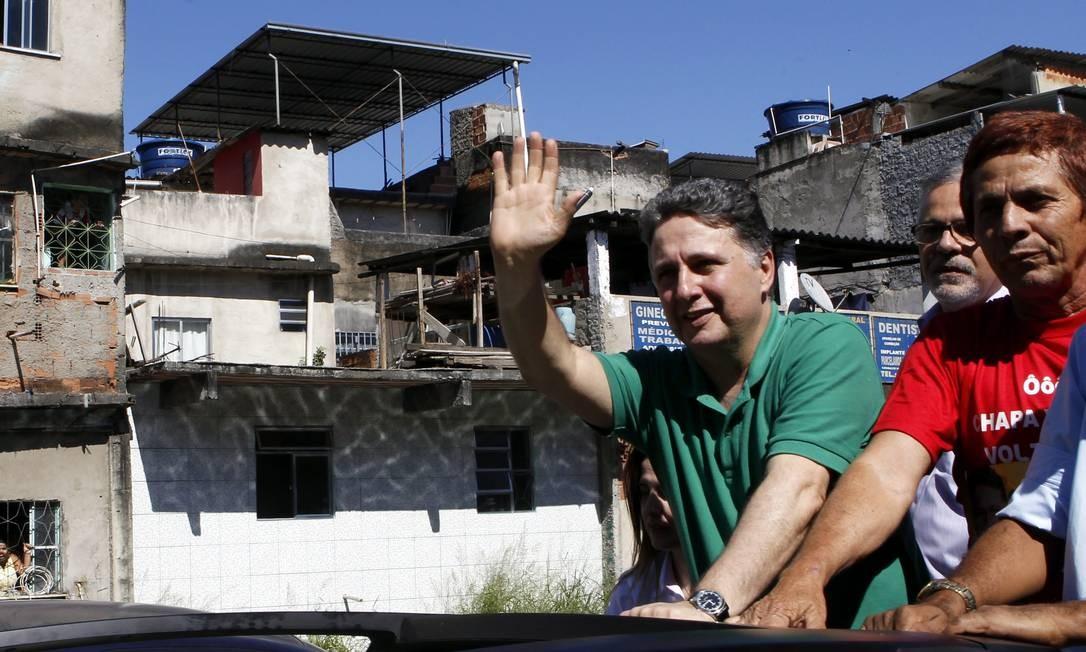 Candidato ao governo do Rio Antonhy Garotinho durante visita de campanha à favela da Maré Foto: Gustavo Miranda / O Globo