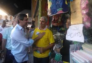 Lindbergh faz campanha em São Gonçalo Foto: O Globo / Cássio Bruno