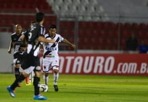 Aranda tenta levar o Vasco ao ataque, na partida contra a Ponte Preta Foto: Marcello Zambrana / Vipcomm
