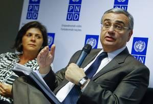 Jorge Chediek e Andrea Bolzon, da ONU, comentam o Relatório de Desenvolvimento Humano 2014, em entrevista coletiva Foto: ANDRÉ COELHO / O Globo