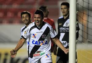 Diego Renan comemora o gol que abriu o placar para o Vasco, diante da Ponte Preta Foto: Marcelo Sadio / Vasco da Gama