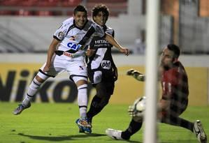 Diego Renan chuta cruzado para abrir o placar para o Vasco Foto: Marcelo Sadio / Vasco da Gama
