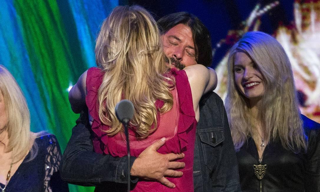 O abraço de Love e Grohl: cantora diz ter voltado a falar com o ex-colega de Cobain no Nirvana Foto: Reuters