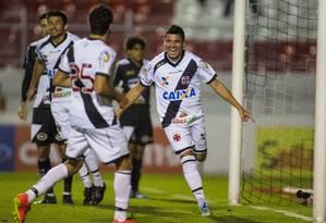 Diego Renan comemora o primeiro gol do Vasco sobre a Ponte Preta, no estádio Moisés Lucarelli Foto: Daniel Vorley/Agência O Globo