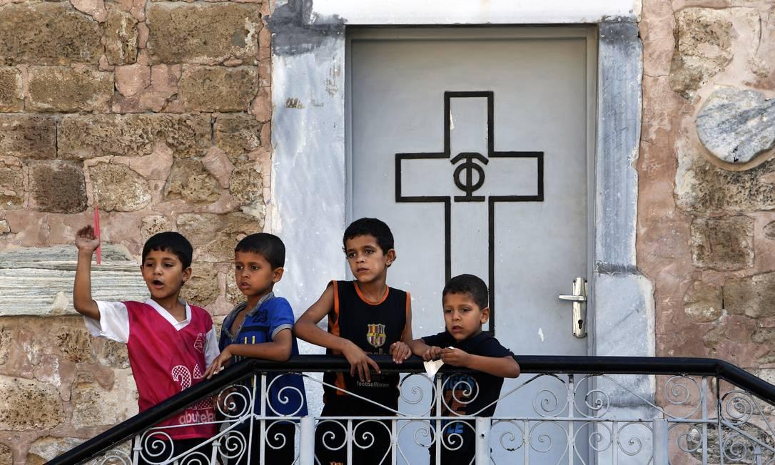 Crianças palestinas, brincam na Igreja de São Porfírio, na Faixa de Gaza Foto: / AP