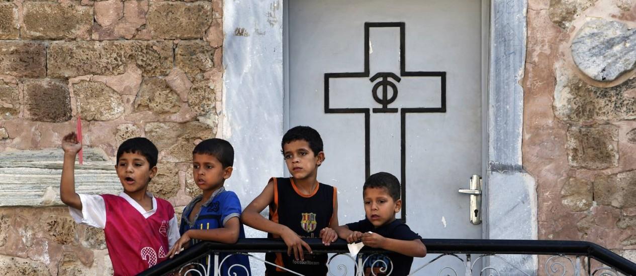 Crianças palestinas, brincam na Igreja de São Porfírio, na Faixa de Gaza Foto: AP