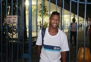 Depois de 3 anos fora da escola, Edson agora pretende terminar o ensino fundamental Foto: Domingos Peixoto / O GLOBO