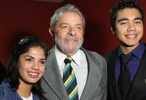 Lula posa ao lado de estudantes paranaenses: proximidade com eleitora mais jovem Foto: Instituto Lula / Heinrich Aikawa