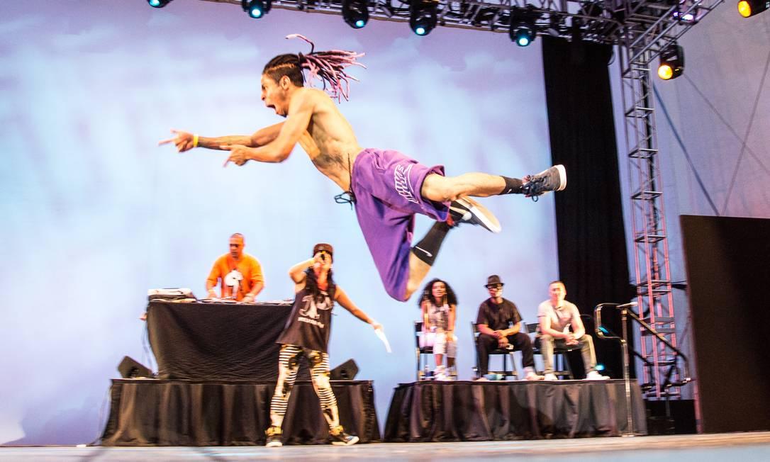 Iguinho dança, acompanhado do DJ Sany Pitbull, MC Junior e juízes americanos Foto: Nan Melville / Divulgação