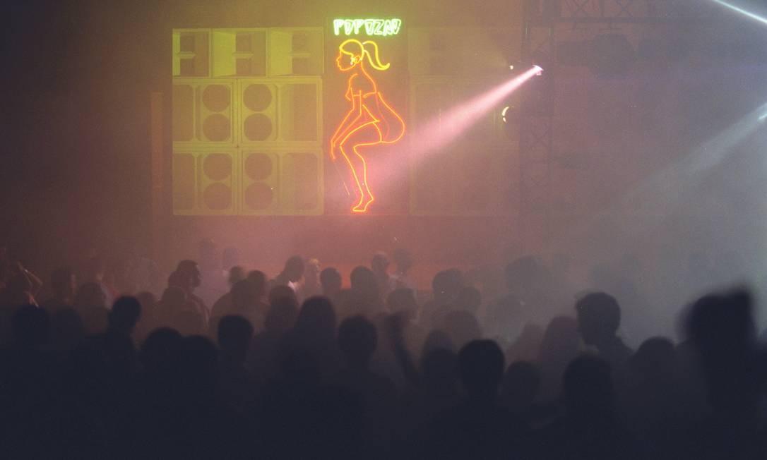 Baile Castelo das Pedras realizado no Canecão. Projeto narra a história das equipes de som e dos gritos de galeras Foto: Marizilda Cruppe/13-3-2001