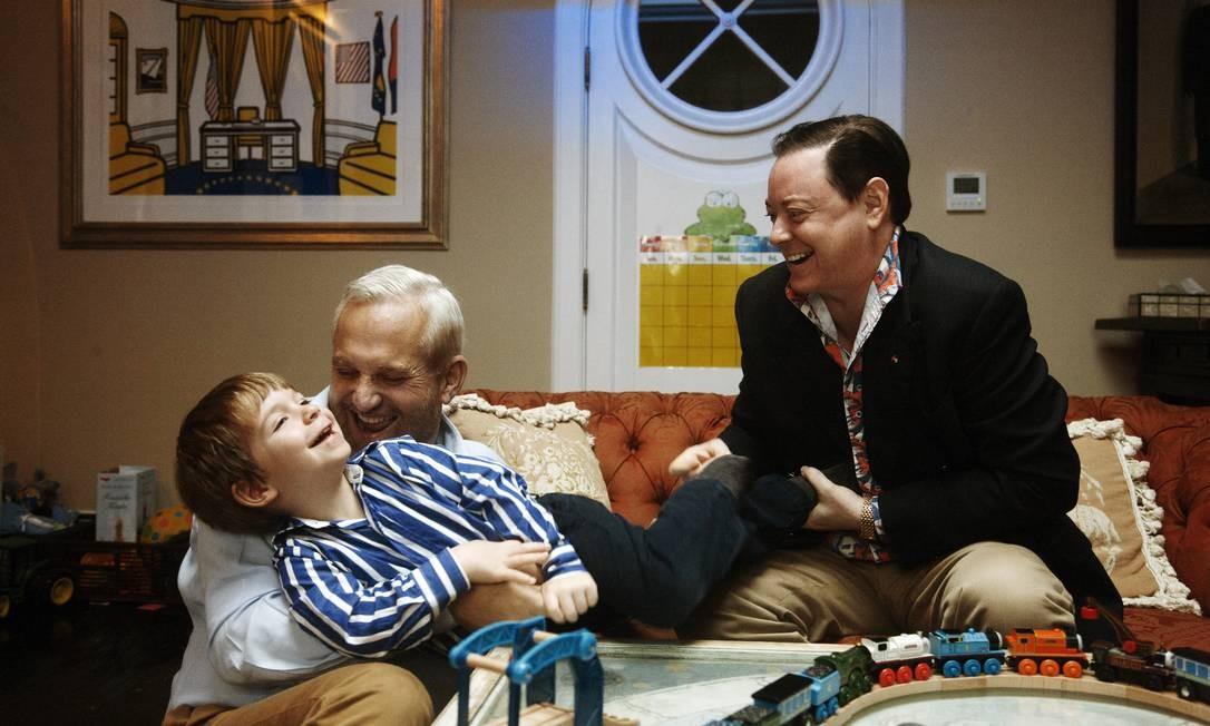 O escritor Andrew Solomon (à direita) com seu marido, John Habich e George, um de seus filhos biológicos, hoje com 5 anos Foto: / Gabrile Stabile/ The New York Times