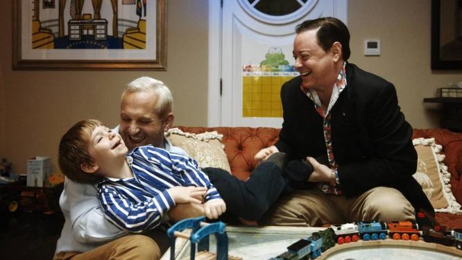 O escritor Andrew Solomon (à direita) com seu marido, John Habich e George, um de seus filhos biológicos, hoje com 5 anos Foto: Gabrile Stabile/ The New York Times
