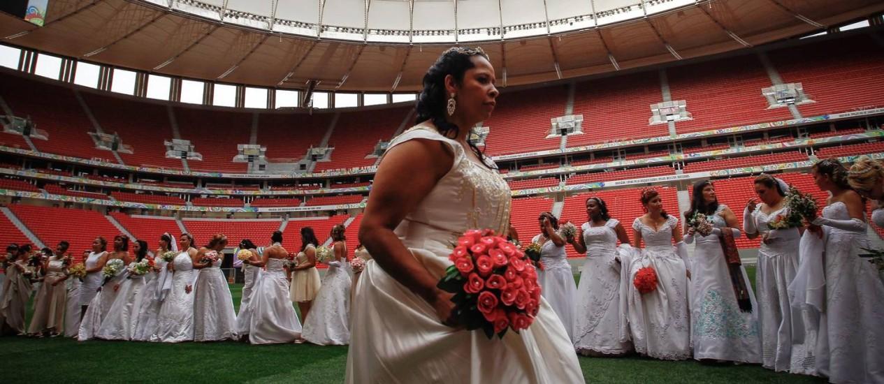 Casamento coletivo no Estádio Mané Garrincha em Brasília leva 100 casais a instalações usadas na Copa Foto: André Coelho / O Globo