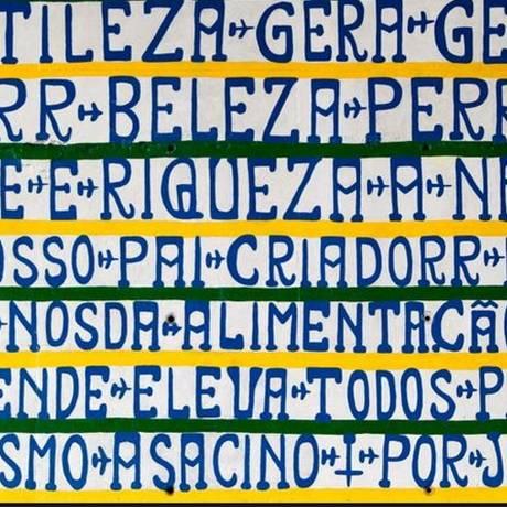 Inscrições do Profera Gentileza estampam 56 painéis sob o viaduto da Avenvida Brasil Foto: Fábio Rossi / O Globo