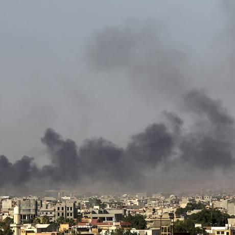 Fumaças são vistas após confrontos entre militantes, ex-combatentes rebeldes e forças do governo em Benghazi Foto: ESAM OMRAN AL-FETORI / REUTERS