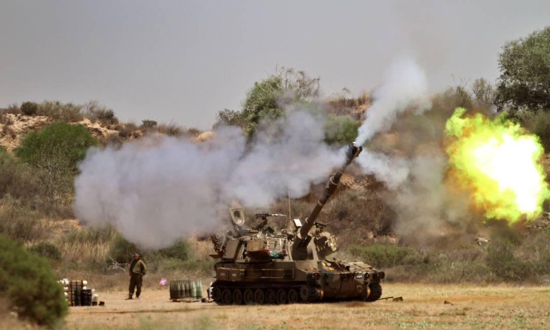 Soldados israelenses lançam ataque em direção à Faixa de Gaza a partir da fronteira Foto: GIL COHEN-MAGEN / AFP