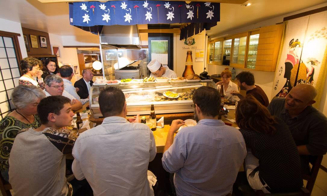No balcão do Azumi, os clientes fazem novas amizades enquanto saboreiam seus pratos Foto: / Cecilia Acioli/Agência O Globo