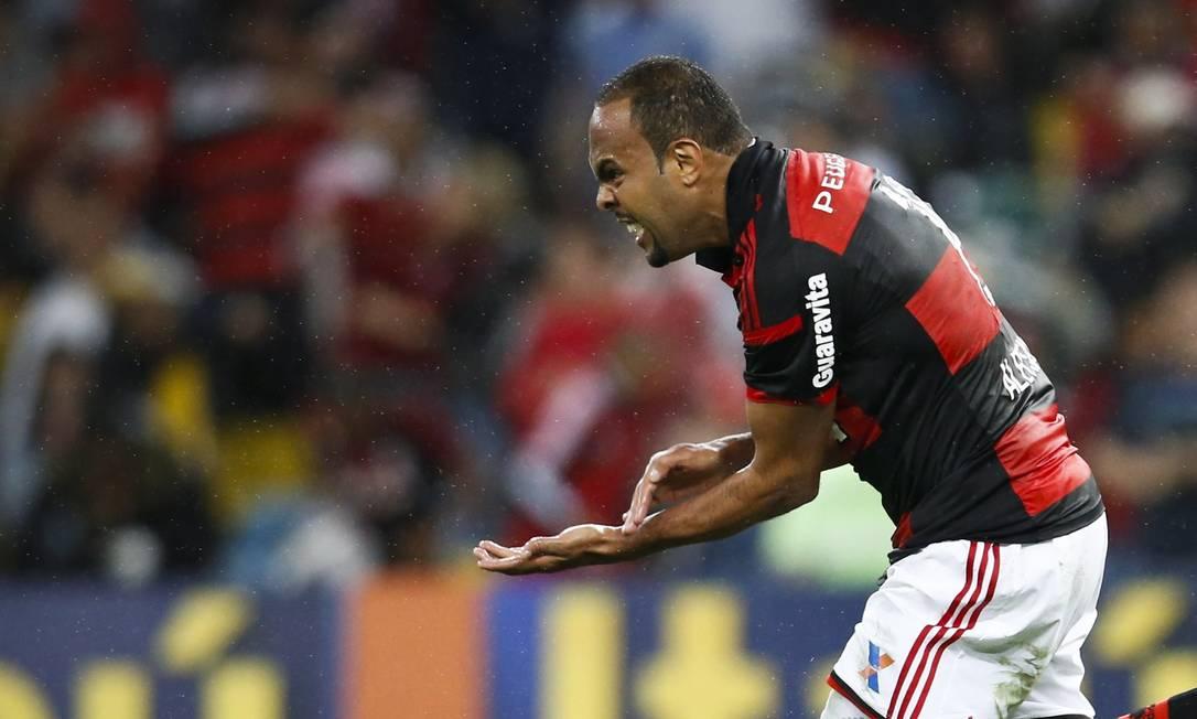 Alecsandro bate no braço, em sinal de raça, na comemoração do gol que marcou para o Flamengo contra o Botafogo, no Maracanã Foto: Guito Moreto / Agência O Globo