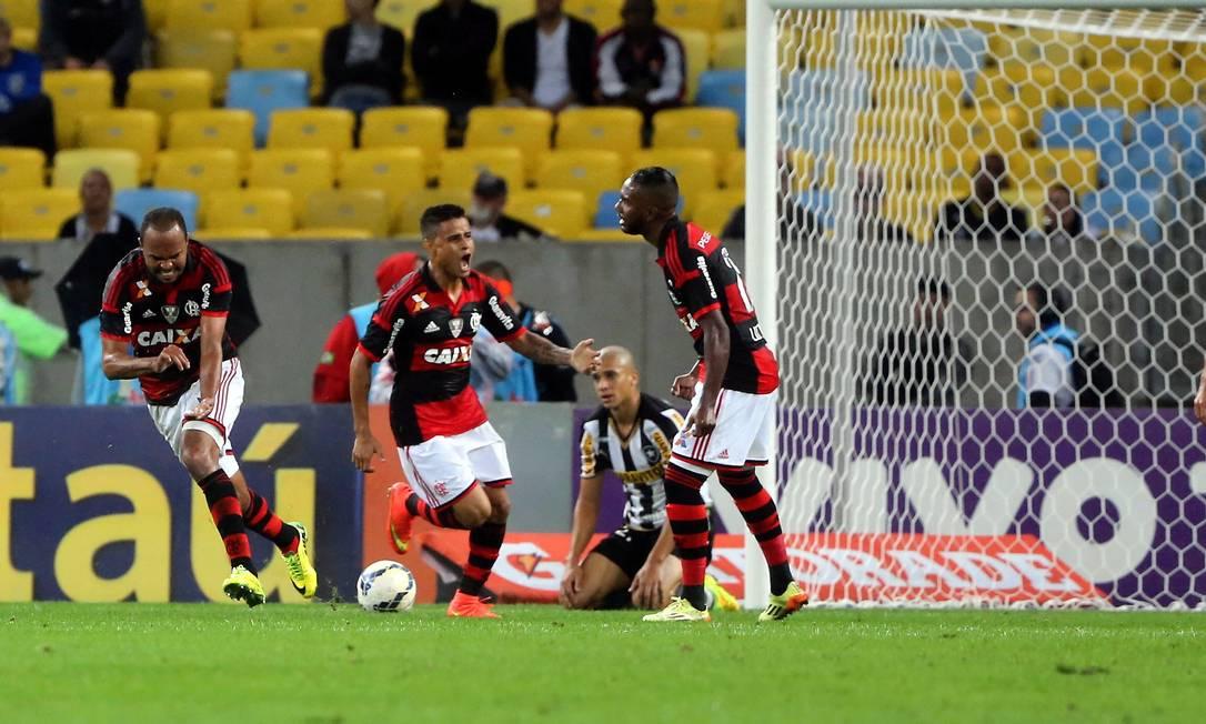 O gol de Alecsandro foi de cabeça, com estilo, após cruzamento da esquerda, aos 32 minutos do primeiro tempo Foto: Guilherme Pinto / Agência O Globo
