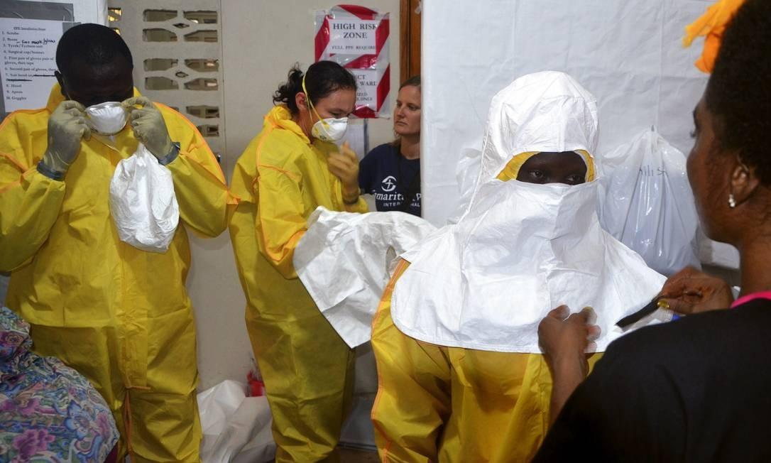 Equipe médica em hospital na capital da Libéria, Monróvia, veste roupas de proteção para tratar de casos de ebola Foto: ZOOM DOSSO / AFP