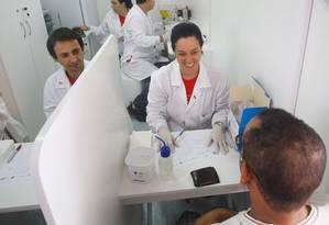 No Parque de Madureira, na zona norte do Rio, homem realizou exame de hepatite na unidade de testagem Foto: Pedro Kirilos / Agência O Globo