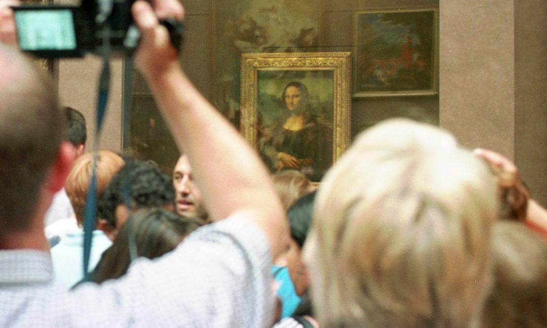 Visitantes se espremem para ver Mona Lisa, de Leonardo da Vinci Foto: / AP