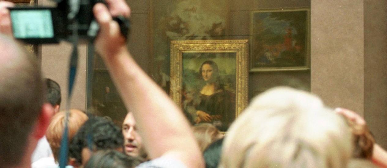Visitantes se espremem para ver Mona Lisa, de Leonardo da Vinci Foto: AP